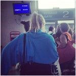 На что рассчитывают люди усердно стоящие в очереди, то ли улететь раньше всех то ли лучшие места занять в самолете..?))