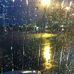Quando piove come oggi, l'imbarco e lo sbarco per la Linate della mattina e' quasi sempre su pista... Anche con Bus la lavata e' assicurata..si consiglia ombrello!!!