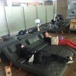 Классный аэропорт, большой, есть места чтобы поспать бесплатно (лежаки), DutyFree не большой, цены на алкоголь выше на 2-4 доллара чем в Денпасаре (Бали), можно на экскурсию сгонять бесплатно в Сеул!