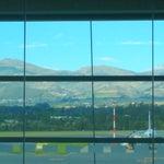 Aeroporto não muito grande, novo, boas instalações. No embarque o WiFi é excelente e tem muitas tomadas. Fica a cerca de 1 hora de Quito. A vista é linda!