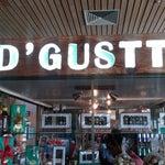Para tomarse un café es mas barato el D'Gustty dentro de la sala de embarque tiene el café esos de maquina Nescafe al mismo precio que el centro