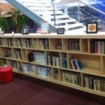 O aeroporto é confortável, tem biblioteca e área infantil. Wifi gratuito e aberto. Gostei ;-)