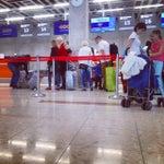 Новый терминал с БОЛЬШИМИ минусами - это грубый персонал; стойка высокая, куда нужно ставить чемодан при осмотре; wi-fi который якобы там есть и даже показывает, что грузит, да только не подключает.
