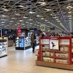 Havaalanına kesinlikle erkenden gidin çünkü burada vakit geçirmek çok eğlenceli.Alışveriş için fiyatları da uygun olan keyifli bir havaalanı.Cafeleri,Market ve restaurantları çok hesaplı Ve güzel