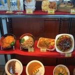搭乗口A付近のお土産屋さんでは、最後の広島食を楽しめる。牡蠣カレー、尾道ラーメン、お好み焼き等々。