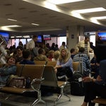 Как минимум по утрам аэропорт не справляется с нагрузкой. Baggage drop off, конечно, отсутствует, так что на регистрацию можно совсем не торопиться. Чувствую, из-за этих особенностей наш рейс задержат