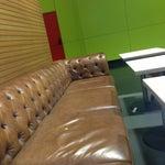 Ночью можно поспать на кожаных диванах в Макдональдс в терминале С