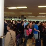 El servicio de Aeromexico Connect es terrible a altas horas de la noche, paciencia  este aeropuerto parece central camionera xDD.. por cierto si tienes priority pass acceso gratis al salón VIP