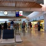 Es la primera vez que estoy en este aeropuerto. No está mal. Tiene bastantes lugares para tomar algo en caso de espera.