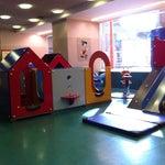 Descubriendo el servicio de nursery de la T1. Un servicio gratuito enseñando tarjetas de embarque. Un lugar donde tus hijos pequeños disfrutarán un montón.
