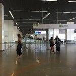 Ampliaram e reformaram o aeroporto. Esteiras ajudam os passageiros a andar entre os portões. Ou deveriam, mas as pessoas param nela e impedem o fluxo.