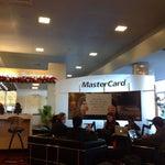 Si tenés Mastercard (de cualquier banco) podés ir al lounge de Master en la terminal de American Airlines. Hay free WiFi para quien tenga la tarjeta. (Frente al New York Sports Bar).
