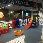 Espaço Kids, entre os portões 21 e 22 do embarque doméstico.