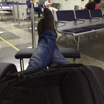 Poltronas excelentes com apoio para os pés e reclináveis. Vale a pena entrar antes na sala de embarque.