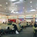 第一航廈(國際線)二樓登機口外的區域乾淨明亮,擁有大量沙發座席、座椅及長型用餐桌、個人座位上網區以及許多的手機與筆電充電插座,週邊也有包括 Starbucks 在內數間飲食店可供用餐選擇,是個相當舒適的休憩空間。