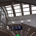 É um aeroporto movimentado, tem atendentes atenciosos.