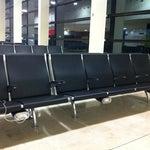 Bien por el Aropueto Internacional de GuadalajaraMx, las sillas de espera con fuente para conector eléctrico👍💺📱