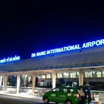 Free WiFi aber keine Kaffee vor sechs Uhr morgens. Übersichtlicher und neuer Flughafen. Von Hoi An in 45 min am Morgen zu erreichen.
