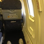 Al documentar pide que te den el asiento reclinable de salidas de emergencia. (Especialmente el de ventanilla) son los que tienen más espacio de todo el avión. Si ya está ocupado pide otro de salida