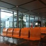 Immer weniger kostenlose Parkplätze, aber ansonsten weiterhin ein ganz kleiner, kuscheliger und charmanter Flughafen in der Provinz. 😄
