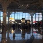 مقارنةالمطار الجديد بالقديم مستحيلة.هذا المطار كبير وشرح ومنظم و نظيف. المرافق جميعها نظيفةبما فيها الحمامات وفيها جرس لطوارىء في حال استخدام ذوي الاحتياجات الخاصة للحمام 👍🏼 ويوجد wifi مجاني.