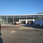 Аэропорт  занимает 18 место по пассажиропотоку среди российских  аэропортов.Из преимуществ: Очень дешёвая продукция перед входом в чистую зону (шоколад, рыба в консервах). Из минусов: Очень ХОЛОДНО!
