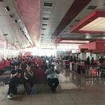 Que mal aeropuerto, está colapsado demasiado vuelos para tampoco personal y se ponen las filas muy largas de verdad que no me gustó nada