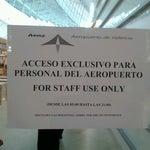Vergüenza q el aeropuerto d VLC obligue a acceder a las ptas d embarque sólo por el duty free. El acceso lateral está cerrado y dice acceso sólo personal aeropuerto y disculpen las molestias. Q cara!