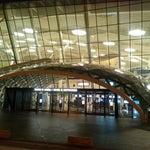 Haydar Aliyev Havalimanı'nın iki terminali var. Yeni modern terminal (sağda) ve eskisi (solda). THY için soldaki eskisini uygun görmüşler. Bakü'nün modern yüzüne eski terminalden karşılanıyorsunuz.