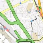 「蛍池から阪急に乗り換えるのに大阪空港から1駅200円のモノレールはもったいないから関西人はみんな歩くんだよ」って言われ歩いてみたんですが、すれ違う人はあまりいなく騙されたみたい(^-^;大きな坂があるわけでもなく20分弱で蛍池に着くんで、手荷物が多くなく急いでいない方は健康のためにも歩いても良いかもね(^^)v住宅地を通っていくんですが、あまり人気はないんで夜は控えた方がよいかもです。