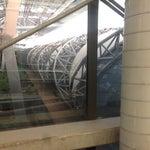 Este aeropuerto es enorme, para ir hacia el metro utiliza las últimas escaleras eléctricas y ve al último piso, lo encuentras de lado izquierdo. Además tiene internet gratuito.