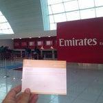 Транзитные пассажиры Emirates,имеющие длительность пересадки более 4х часов,могут получить ваучер на бесплатное питание(meal voucher),предъявив оба посадочных талона в офисе Emirates между В16 и В18
