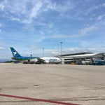 Небольшой аэропорт, маленькая зона дьютифри, все намного дороже, чем можно купить в Нячанге. Есть несколько кафе, можно перекусить.
