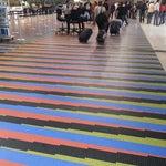 Lo más bonito del aeropuerto es la escultura de Carlos Cruz Diez que decora todo el suelo