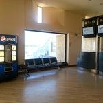 Si quieres enchufar tu móvil en un lugar discreto, puedes hacerlo en el espacio libre que hay en la regleta donde están enchufadas las máquinas de agua y Pepsi, junto a las puertas de embarque K1 a K4