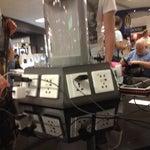 un gioiellino, pulito, ordinato, luminoso, wifi free e colonnine per ricaricare smartphone e pc. nella sala d'aspetto delle partenze c'è anche un pianoforte a disposizione dei viaggiatori