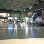 1:29h.... esperando un avion con mas de 3h de retraso. Nada ni nadie por aqui.... al final hemos encontrado el Il Caffe di Roma escondido abierto :)