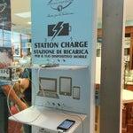 There's a phone charging station outside the dessert shop // Da Nonna Vincenza c'è un punto di ricarica.