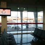 El aeropuerto es muy funcional y cuenta con todo lo necesario. Hay un estacionamiento para estadía larga antes de llegar al Aeropuerto.