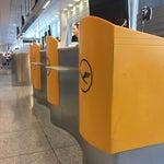 Запутанный аэропорт, заранее скачайте план. Чтобы выехать в город нужно сначала пройти досмотр, а потом паспортный контроль. Между терминалами курсирует шатал. Wi-fi бесплатный с регистрацией.
