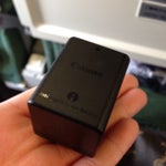 ビデオカメラの予備バッテリーを手荷物で預けられず、機内持ち込みになりました。ビデオカメラに装着してるバッテリーは預けられるのですが、予備バッテリーはダメだそうです。スーツケースから出すのめっちゃ大変やった。。。_| ̄|○