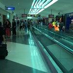 Para la gente que hacen conexiones de vuelo es muy comodo pasar por este aeropuerto. Mucho flujo de gente y muchas tiendas para visitar.