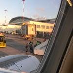 Постоянные очереди к автоматам парковки, в здании аэропорта просторно чистенько новенько) когда прилетаешь из-за границы скапливаются очень большие очереди на паспортный контроль! Багаж получать долго