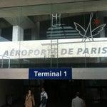 Aos brasileiros: procure a estação de Métro do Aeroporto. A passagem para sair daí custa 9,50 Euros. Você pode ir até a estação Châtelet e trocar para a linha de Métro mais próxima do seu Hotel.