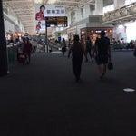 مطار جميل بصراحة وكبير .. ويعتبر محطة ترانزيت مهمة في الصين .. الصالات الخاصة برجال الاعمال او الاولى سيئة بصراحة