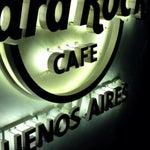 A área de embarque doméstica, apesar de confusa, brinda os passageiros com uma unidade do Hard Rock Café!!