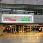 Жуткая очередь в Gate C42. Ужасно для такого большого и популярного аэропорта. Паспорт.контроль для нерезидентов Европы- 1 пограничник (жуткая очередь), для резидентов- никого нет, и 2 пограничника