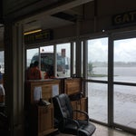 Nowy terminal w budowie, na starym jak narazie warunki spartańskie. Jeszcze gorzej jest na przylotach, ale da się przeżyć jeśli się to doświadczenie potraktuje jak przygodę :)