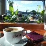 Costa Coffee. Sigara icme alani da var. Uzun beklemeler icin ideal. Internet zaten bedava