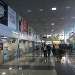 Аэропорт был недавно реновирован, внутри есть wi fi, кафе. Кафе есть также в зале ожидания, после паспортного контроля.